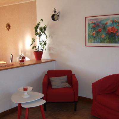 Salon couleurs chaudes gite Coquelicots baie mont st michel